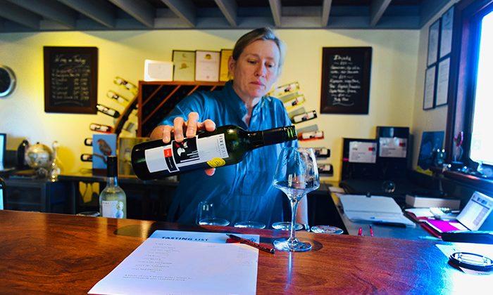 karri-wine-pour---robin-esrock